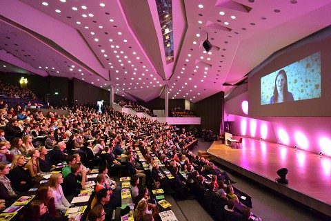 Erstsemesterbegrüßung im bunt illuminierten Frederik-Paulsen-Hörsaal im Audimax
